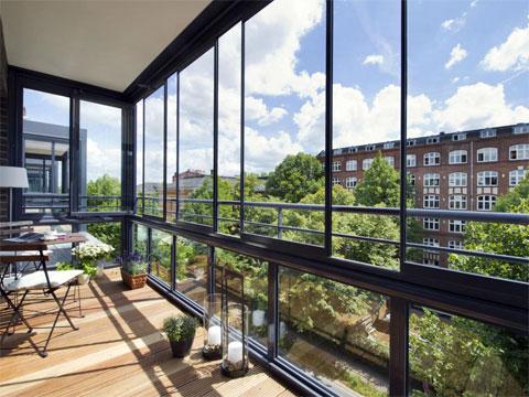 Достоинства и недостатки окон для остекления балкона